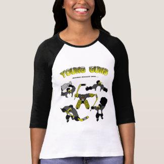 Le jeune du pingouin des femmes lance le T-shirt