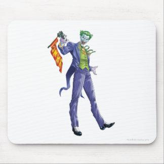 Le joker se tient avec l'arme à feu tapis de souris