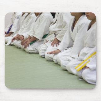 Le joueur de judo de l enfant s assied à une ligne tapis de souris