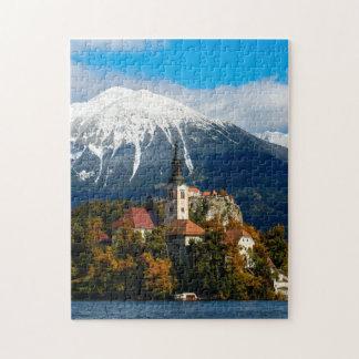 Le lac a saigné le paysage en automne puzzle