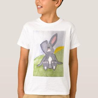 Le lapin ensoleillé badine le T-shirt