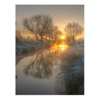 Le lever de soleil consomme la brume de début de carte postale