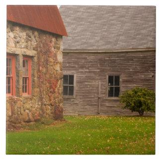 Le Maine, vieux bâtiment en pierre et grange en bo Grand Carreau Carré