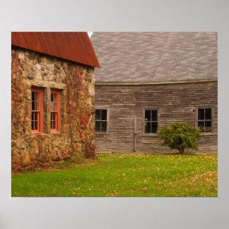Le Maine, vieux bâtiment en pierre et grange en bo Posters