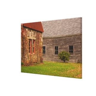 Le Maine, vieux bâtiment en pierre et grange en bo Toiles Tendues Sur Châssis