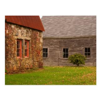 Le Maine, vieux bâtiment en pierre et grange en Carte Postale