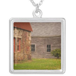Le Maine, vieux bâtiment en pierre et grange en Pendentif Carré