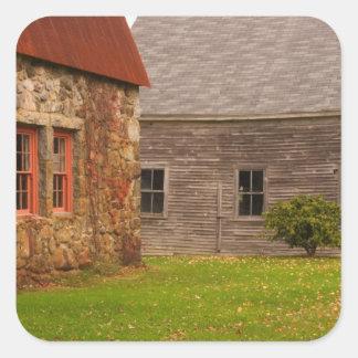 Le Maine, vieux bâtiment en pierre et grange en Sticker Carré