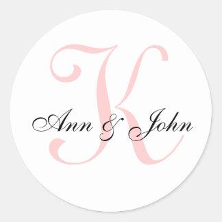 Le monogramme épousant le marié initial de jeune sticker rond