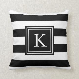 Le monogramme noir et blanc a barré le carreau de coussin décoratif
