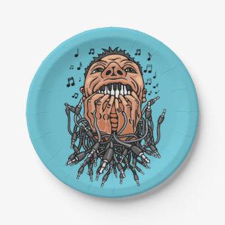 le musicien joue sur ses dents comme sur le assiettes en papier