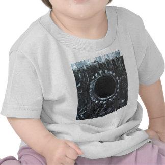 Le nid noir (nature abstraite surréaliste) t-shirts