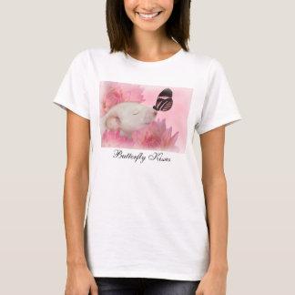 Le papillon embrasse le T-shirt