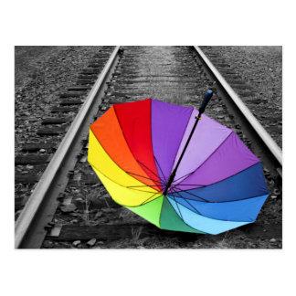 Le parapluie d'arc-en-ciel sur le train dépiste la carte postale