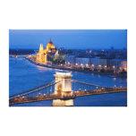 Le Parlement de Budapest et pont à chaînes la nuit Toile Tendue Sur Châssis