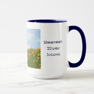 Le pavot de la tasse de la maman fleurit le ciel