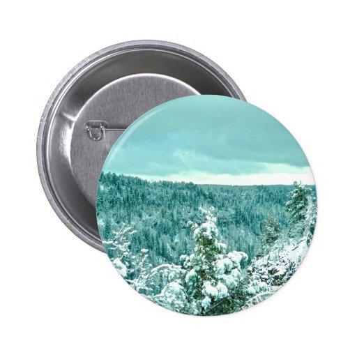 Le pays des merveilles d'hiver de forêt de montagn badge avec épingle