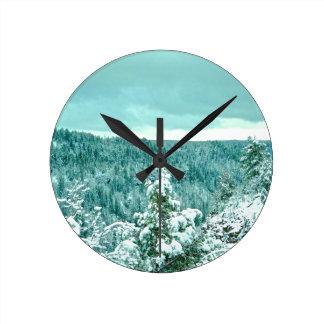 Le pays des merveilles d'hiver de forêt de montagn pendules