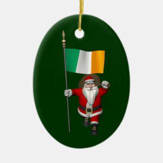 Le père noël avec le drapeau de l'Irlande Ornement Ovale En Céramique
