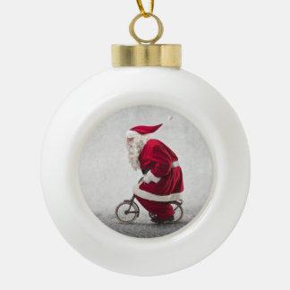 Le père noël monte une bicyclette boule en céramique