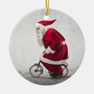 Le père noël monte une bicyclette ornement rond en céramique