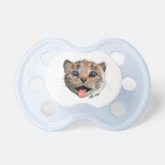 Le petit chaton lèche - la tétine