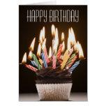 Le petit gâteau avec l'anniversaire mire la carte