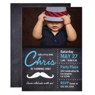 Le petit homme tourne un - photo, moustache, craie carton d'invitation  12,7 cm x 17,78 cm