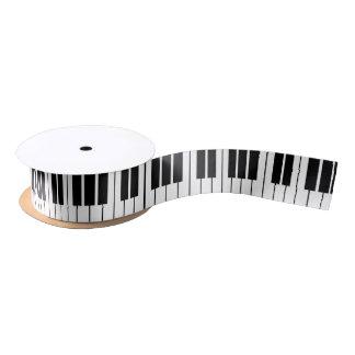 Le piano noir et blanc verrouille le ruban de ruban en satin