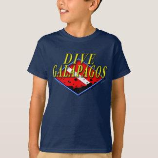 Le piqué Galapagos badine le T-shirt foncé