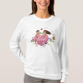 Le plan rapproché d'un couple tenant un coeur t-shirt