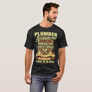 Le plombier quelqu'un remet le T-shirt d'artiste