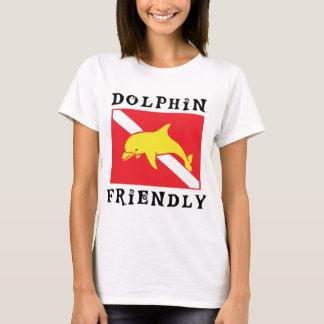 Le plongeur amical de dauphin marquent vers le bas t-shirt