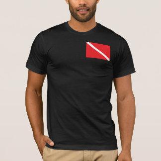 Le plongeur autonome marquent vers le bas le t-shirt