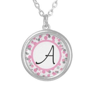 Le pois rose et gris ajoute votre lettre pendentif rond