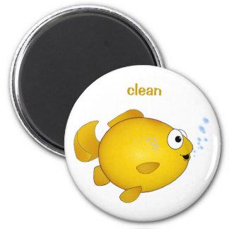 """Le poisson rouge heureux, """"nettoient"""" l'aimant de  magnet rond 8 cm"""