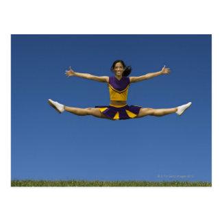 Le pom-pom girl femelle faisant le saut se carte postale