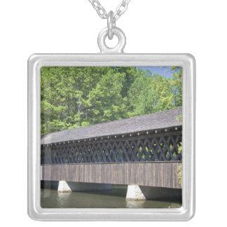 Le pont couvert de montagne en pierre à la pierre collier