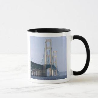 Le pont de Mackinac enjambant les détroits de Mug