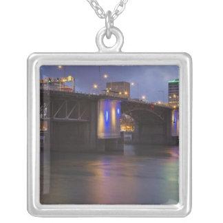 Le pont de Morrison au-dessus de la rivière de Pendentif Carré