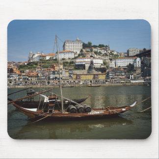Le Portugal, Porto, bateau avec des barils de vin Tapis De Souris