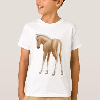 Le poulain de palomino badine le T-shirt