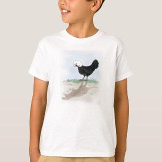 Le poulet polonais mignon chassant un petit t-shirt