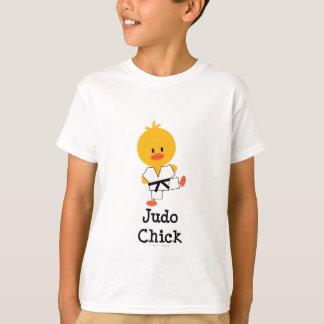 Le poussin de judo badine le T-shirt