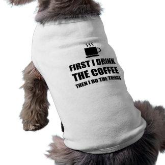 Le premier café alors bourrent t-shirt pour chien