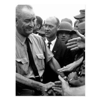Le Président Lyndon B. Johnson salue les troupes Carte Postale