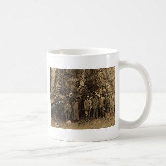 Le Président Roosevelt et John Muir (sépia) 1903 Mug