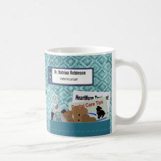 Le professionnel vétérinaire personnalisé frotte mug