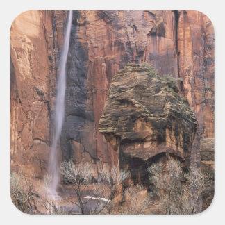 Le pupitre et la cascade éphémère 2 sticker carré