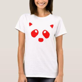 Le raton laveur observe le rouge t-shirt